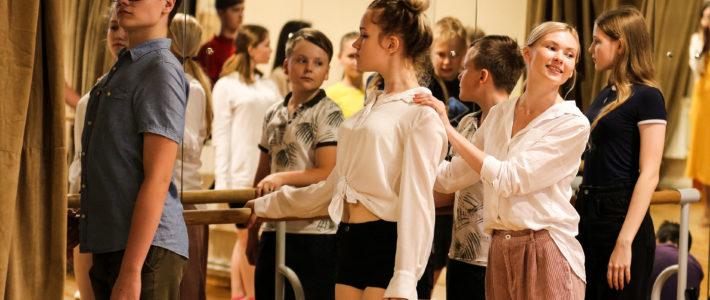 Участники июньской смены в Мордовском национальном драматическом театре